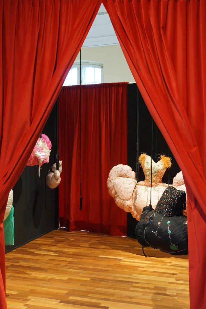 Det lille boudior hvor kjolerne hænger. Foto: Christina Dömeland og Rikke Bergmann Johansen.