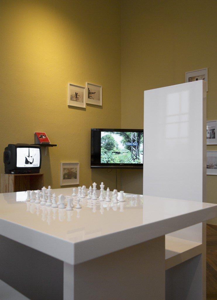 Installationsview med værker af både Yoko Ono, Olof Olsson, Elmgreen & Dragset og Kenneth A. Balfelts eget projekt, Enghave Minipark, 2012. Foto: Frida Gregersen