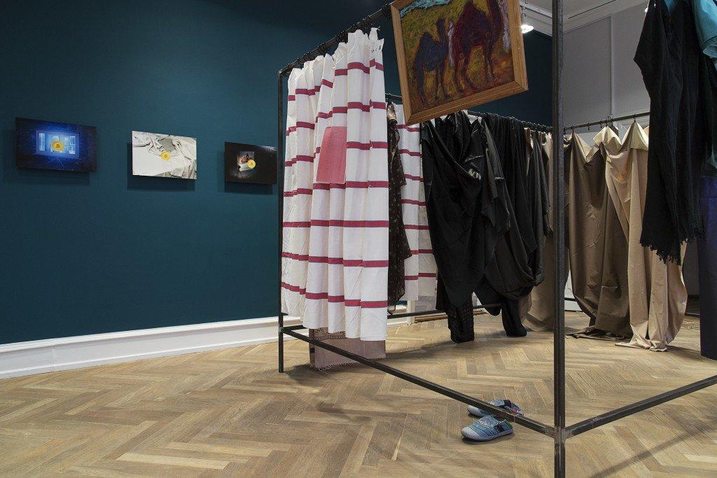Hannah Heilmanns udstilling med værket af Ragna Braase i front. Foto: Frida Gregersen