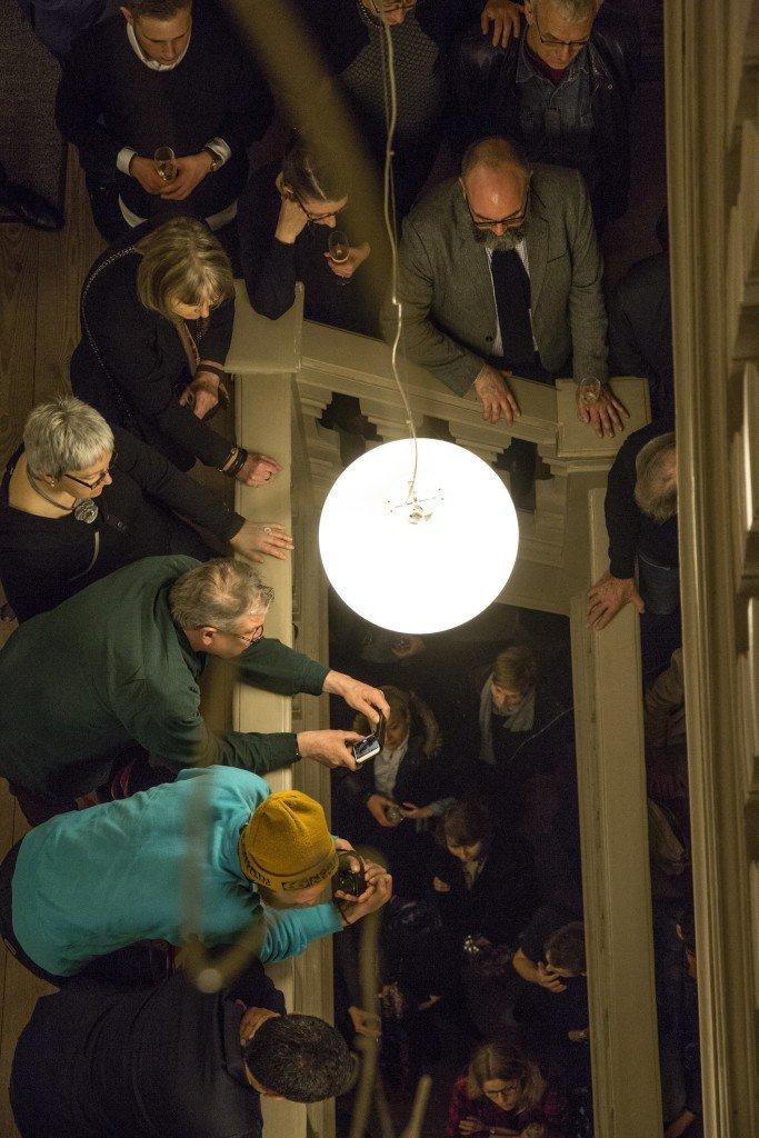 Publikum og jubilæumsgæster i flere lag på Museet for Samtidskunst den 29. januar 2016. Foto: Frida Gregersen