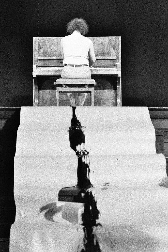 Ben Vautier performance, Piano Piece #1 & #2 by George Maciunas, 1985. Foto: Berty Skuber