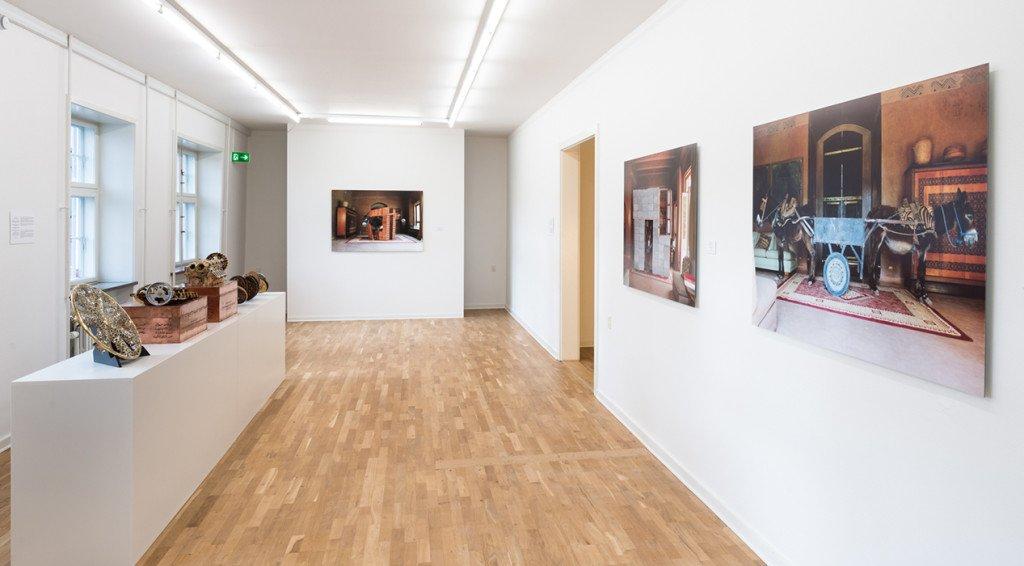 På væggene Hicham Benohoud: Anes Situ, 2013. På podiet værker af Eric van Hove. Foto: Kurt Nielsen
