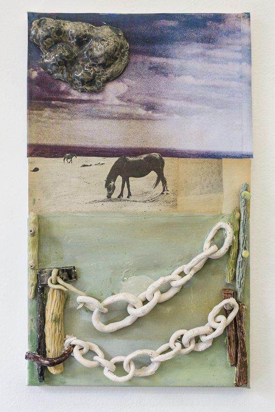 Mette Vangsgaard: Grassland, 2016. Olie, glaseret stentøj og print på lærred. Foto: Ole Haupt