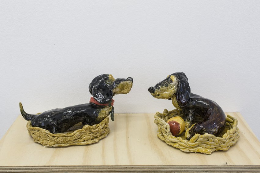 Mette Vangsgaard: Hunde, 2016. Glaseret stentøj. Foto: Ole Haupt