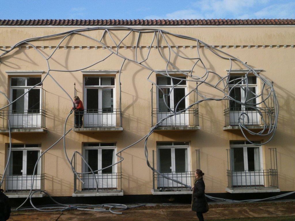 Et Kvindeværk under opførelse på facaden af Kunstcentret Silkeborg Bad. Foto: Ulrikka Mokdad