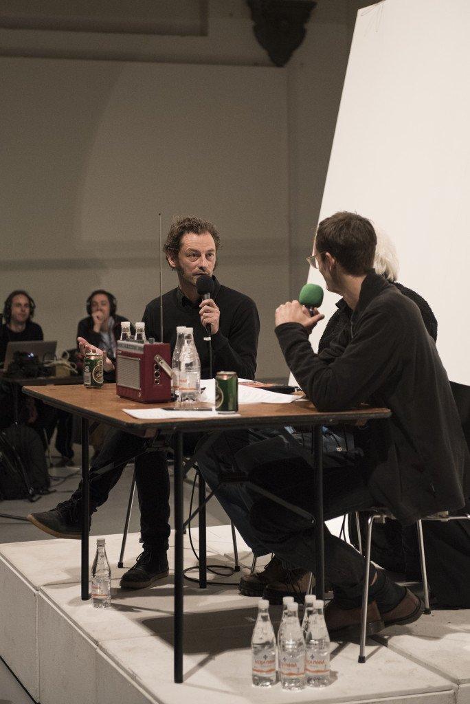 Stemningsbillede fra det udsolgte lyttearrangement The Lake: Works for Radio i Nikolaj Kunsthal. Foto: Magnus Kaslov