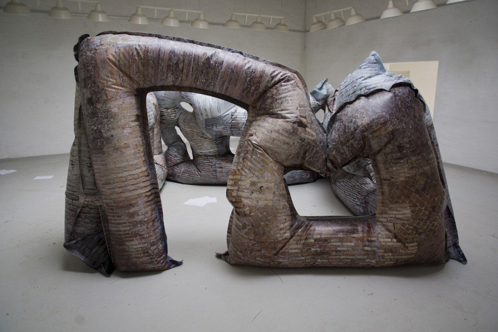 Kristoffer Akselbo & Rune Søchting: Ruinflatable 2016. Installationsview, Huset for Kunst og Design. Foto: Kristoffer Akselbo