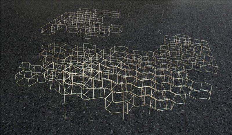Udgangspunktet er SF-sten, lavet af beton. Værket er konstrueret som omrids af stenens facon og fremstår fyldt med 'luft' eller 'ingenting'. Struktur uden Sted / Structure without a Place, 2005. Installation, Layer 5. Foto: Anders S. Berg