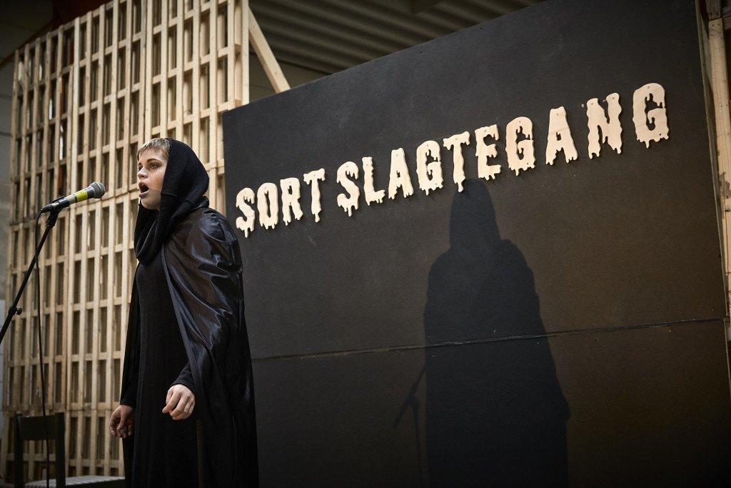 Sort Slagtegang var titlen på Dansk Talentakademis forestilling, som blev opført lørdag den 23. januar 2016. Foto: Kulturdivisionen Slagteriet Holstebro