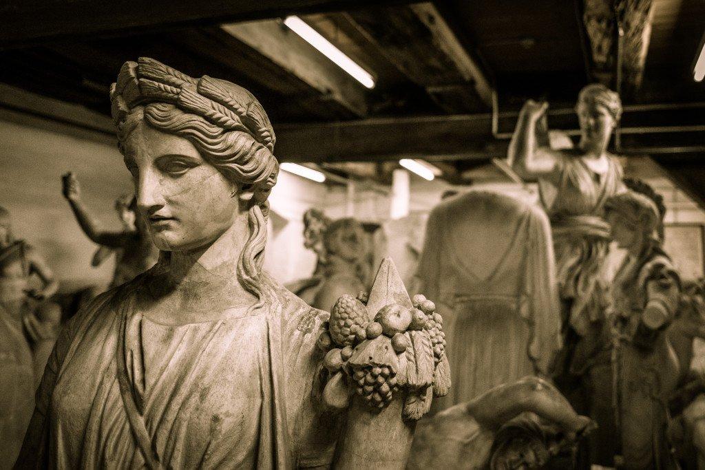 Flora og figurer på lageret med urestaurerede figurer. Foto: SMK