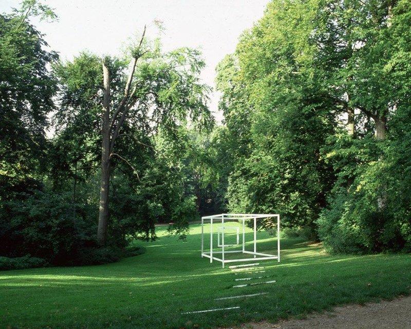 Fra en udsigtsbænk i parken tegner elementerne tilsammen billedet af en pavillon, der opløses i abstrakte konstruktioner, så snart man bevæger sig videre. Komposition i en Park, 2003. Installation, Layer 4. Foto: Anders Sune Berg