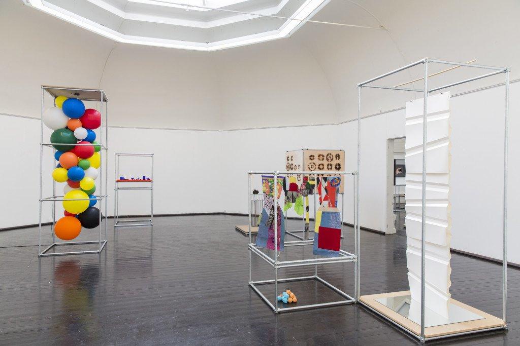 Installationsview fra Forårsudstillingen 2016. Her ses værker af bl.a. Søren Jensen, Yvette Brackman og Lis Nogel. Foto: Lior Zilberstein