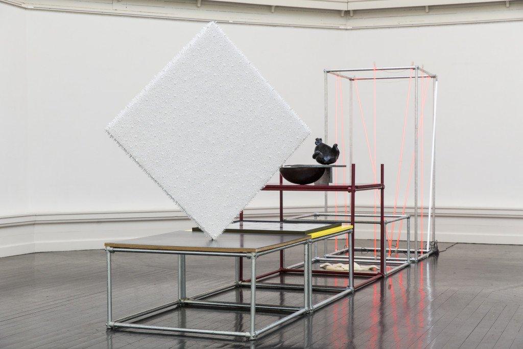 Installationsview fra Forårsudstillingen 2016. Her ses værker af bl.a. Lars Christensen og Thorbjørn Lausten. Foto: Lior Zilberstein