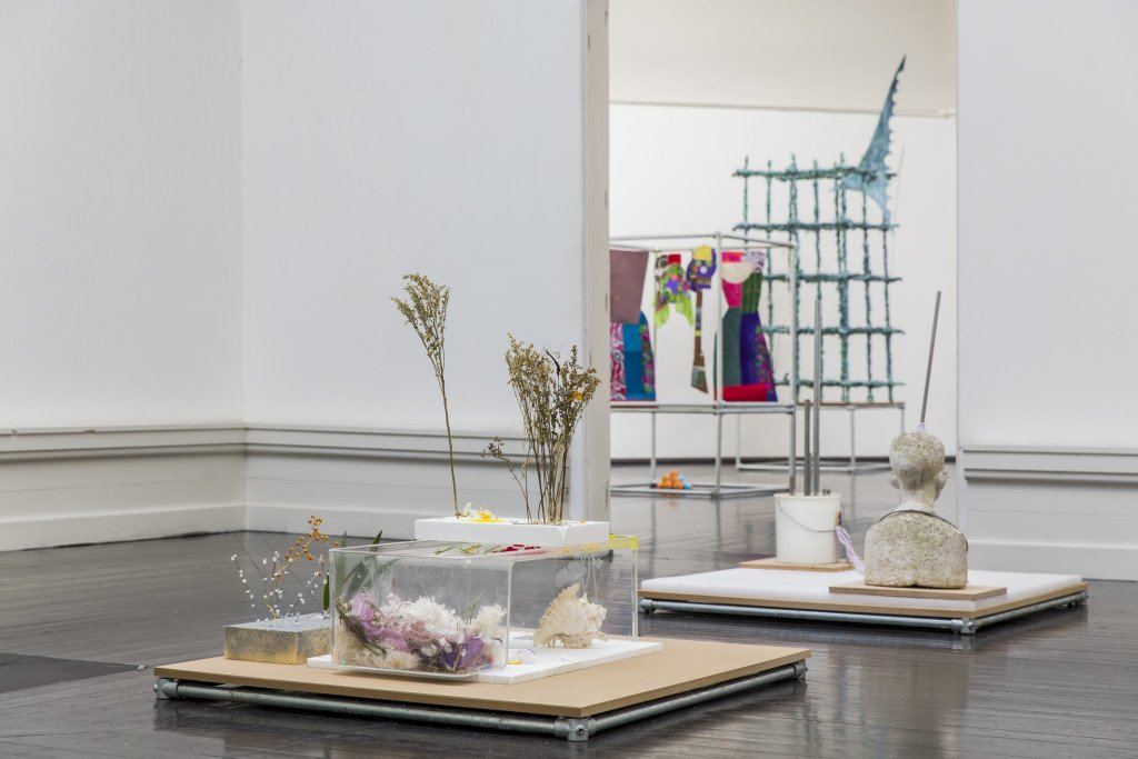 Installationsview fra Forårsudstillingen 2016. Her ses værker af bl.a. Finn Reinbothe og Astrid Svangren. Foto: Lior Zilberstein