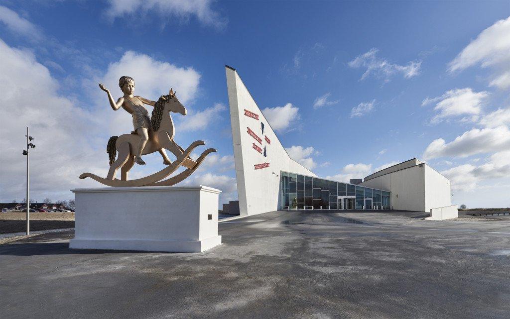 Arken med sit nye vartegn, skulpturen af Elmgren og Dragset. Foto: Henrik Jauert