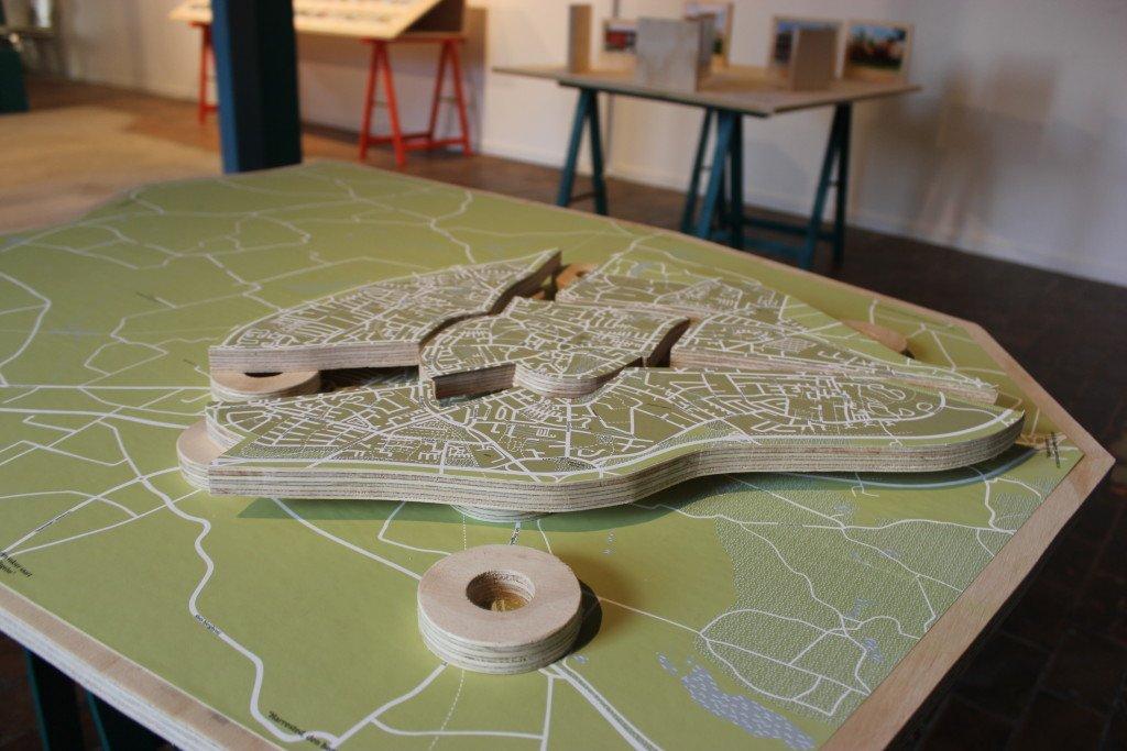 Den synlige og usynlige by: Slagelse. Røde Tårn, 2014. I samarbejde med designer Johanne Aarup Hansen. Installation om Slagelses udstrækning og afgrænsning. Foto: Maj Horn