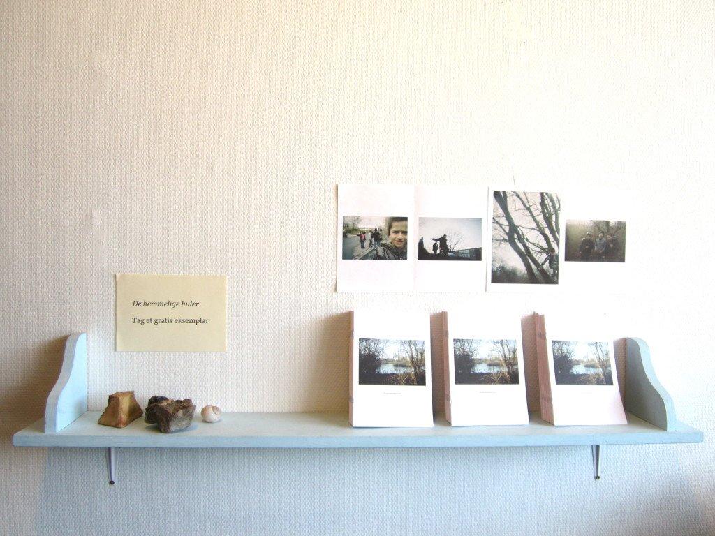 De hemmelige huler. Visit Tingbjerg, 2012. Installationsview, hylde i børnehøjde. Foto: Maj Horn
