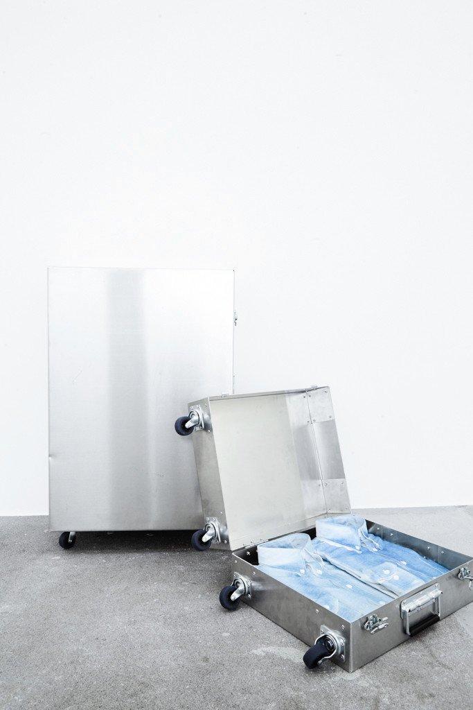 Oskar Jakobsen: Companion Piece II, 2016. Aluminium, zink-plated steel, rubber and printed cotton shirts. Foto: Alexander Kristoff