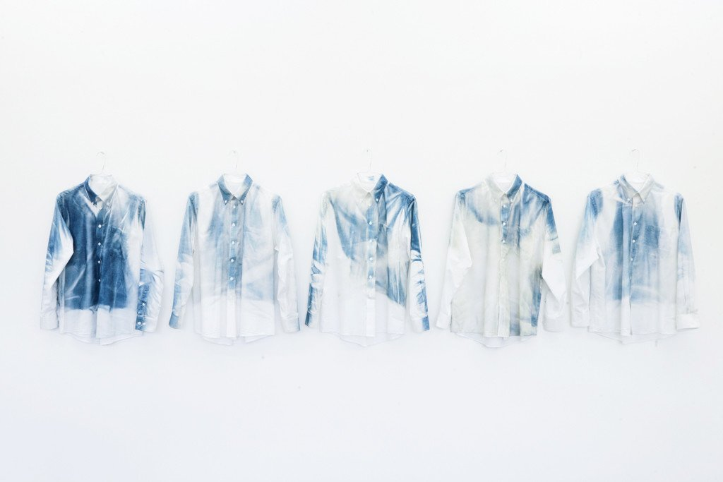 Oskar Jakobsen: Monday to Friday, 2016. Cyanotype on 5 cotton shirts, aluminium. Foto: Alexander Kristoff
