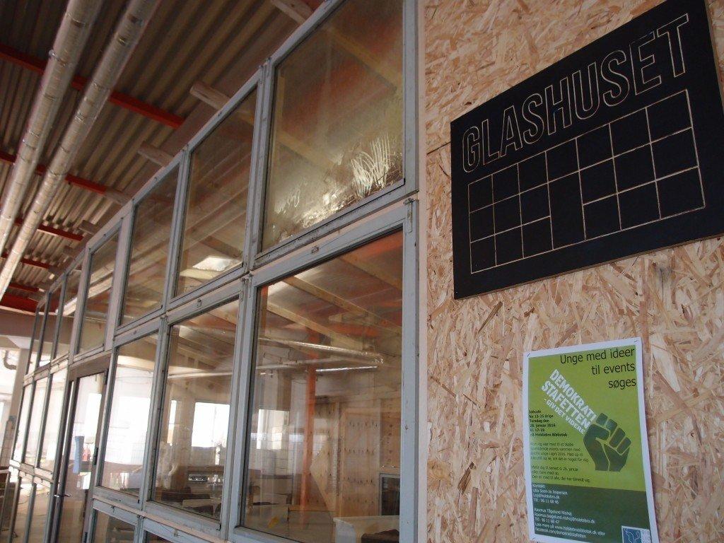 Glashuset kan både agere sted for forfatteroplæsninger, intimkoncerter eller et sted at få varmen. Foto: Stine Nørgaard Lykkebo