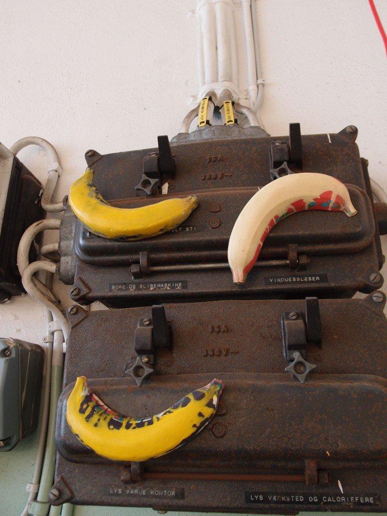 Delelementer fra Jens & Mortens tidligere værker finder man rundt omkring i Slagteriet. Her bananer fra kunstnerduoens værk Terminal, 2014. Foto: Stine Nørgaard Lykkebo