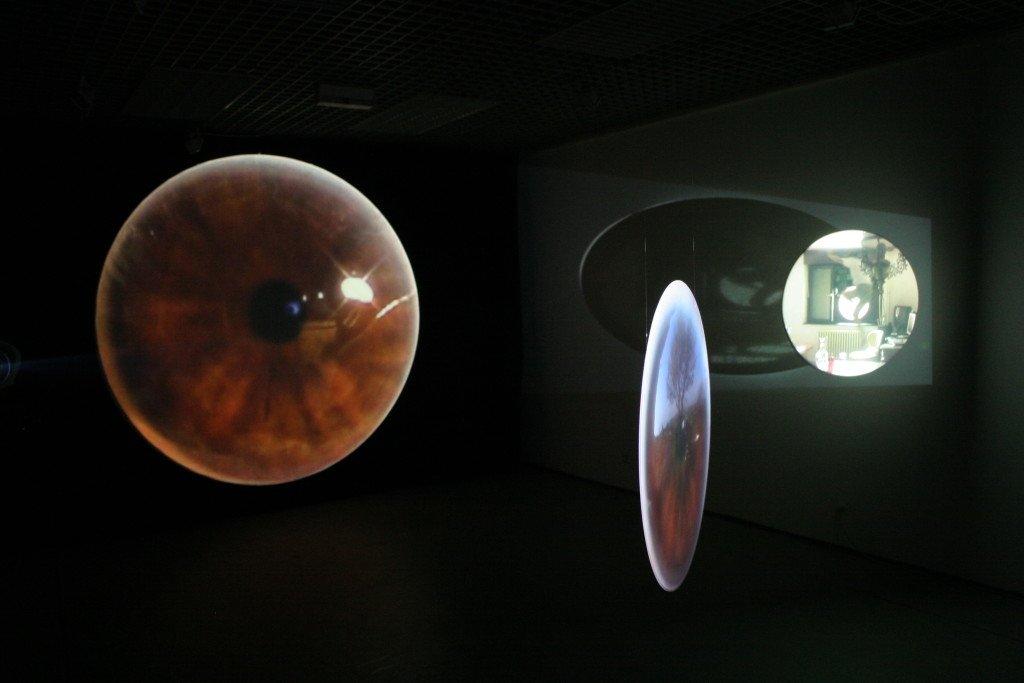 Anica Vučetić: REFLECTIONS, 2007. Videomiljø med tre installationer: IRIS, ROOM og CHEERY. Foto: Aleksandar Rafajlović