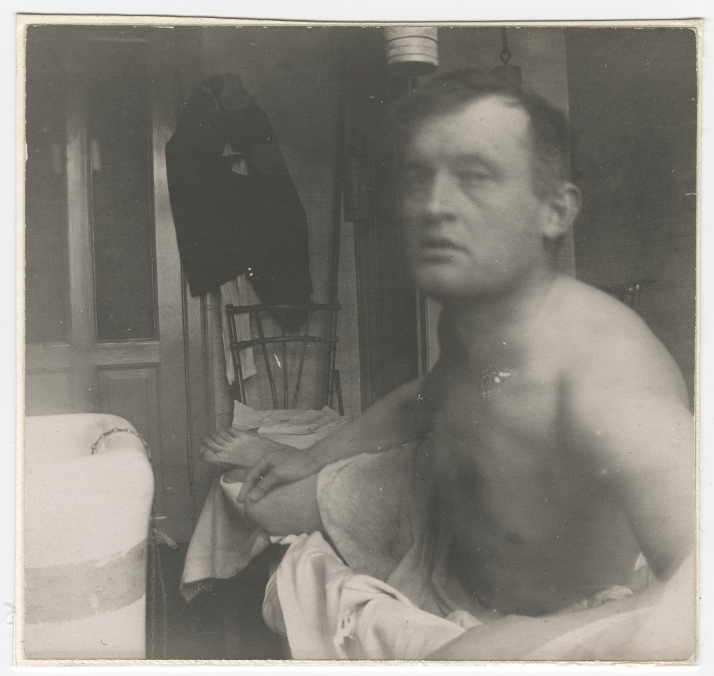 Edvard Munch: Self-portrait 'à la Marat' at Dr Jacobson's Clinic, 1908-09. Fotografi. © Munchmuseet