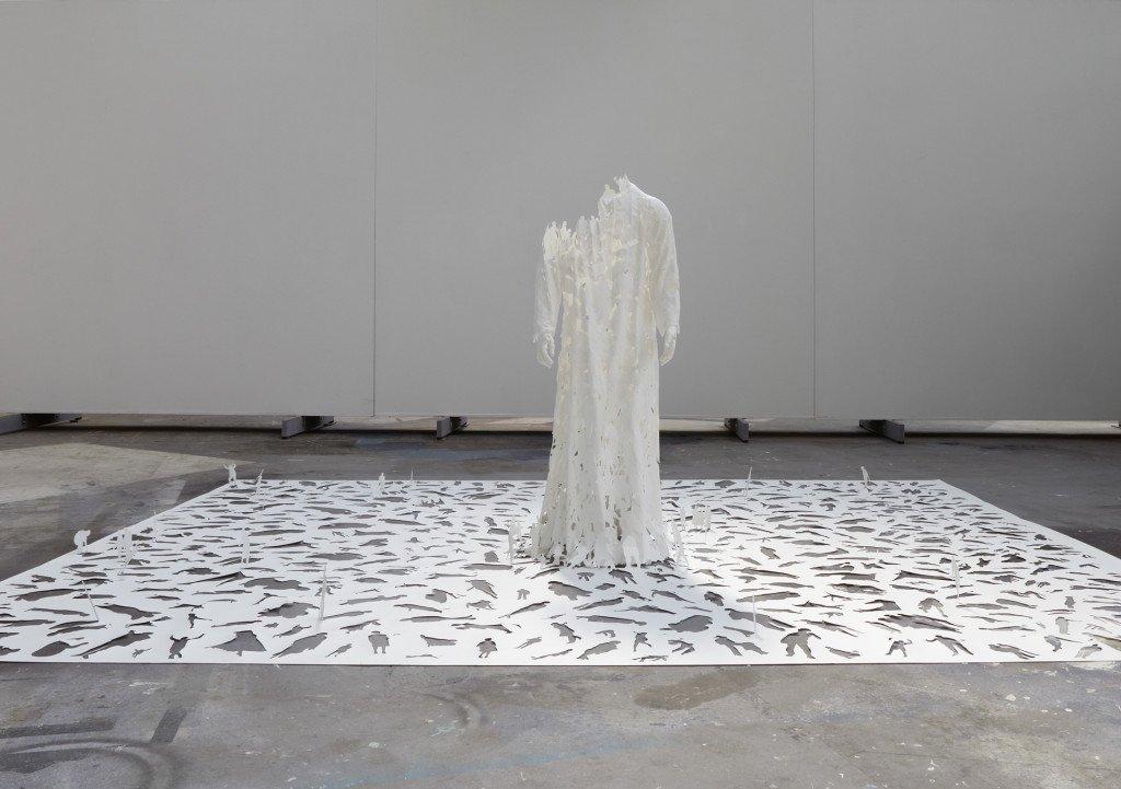 Transparent God (installationsbillede), 2009. Syrefrit 140 g papir og lim, 350 x 450 x 170 cm. Foto: Anders Sune Berg