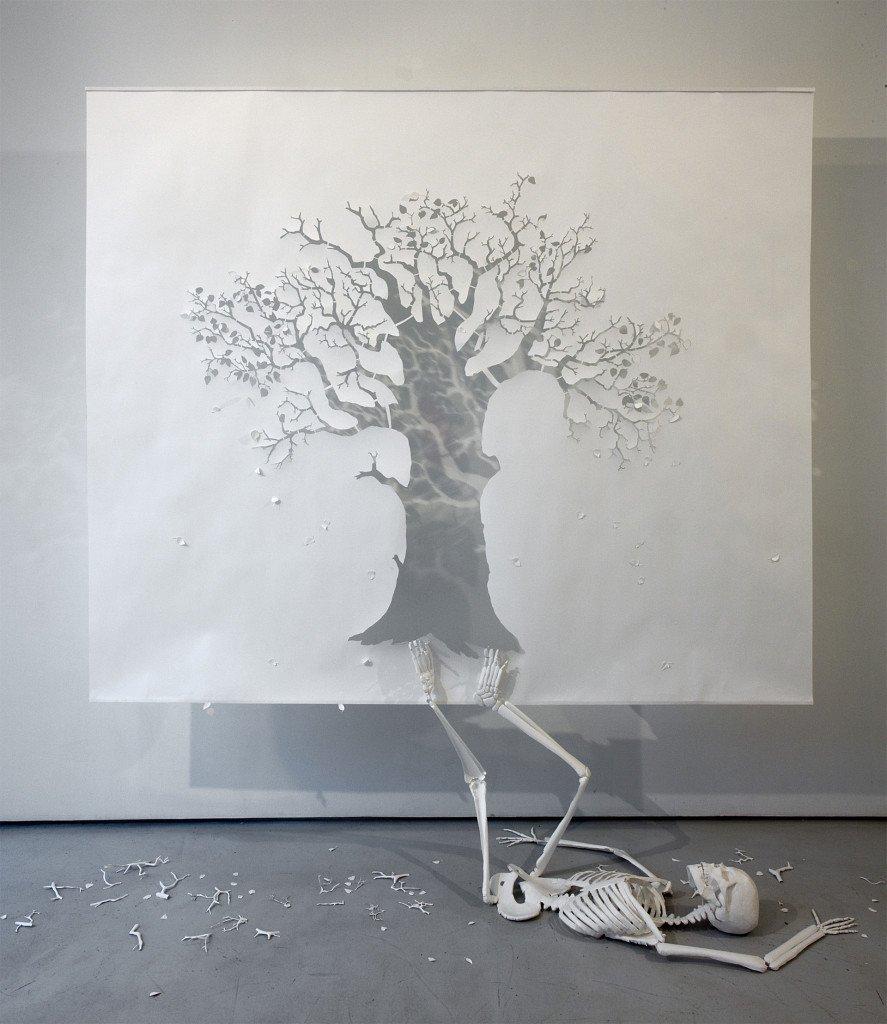 The Fall, 2008, 140 g syrefrit papir og lim, 210 x 240 x 70 cm. Foto: Adam Reich