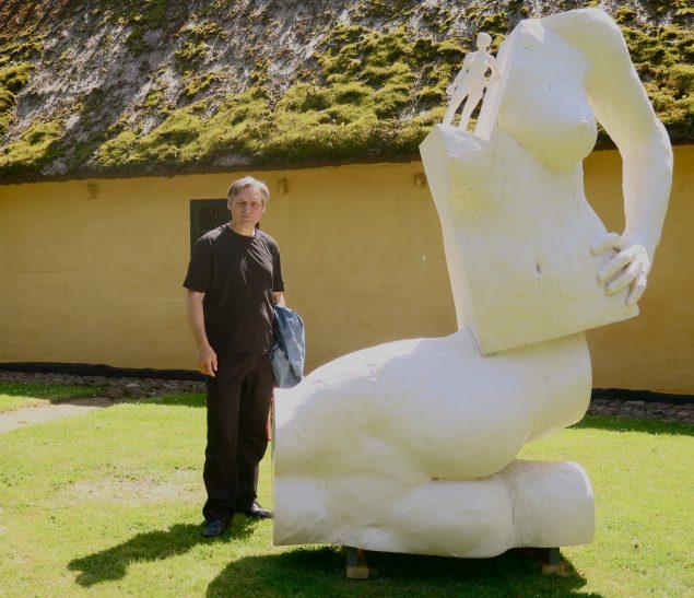 Hans Pauli Olsen ved skulpturen Anna, Anna, Anna, 2010. Privatfoto