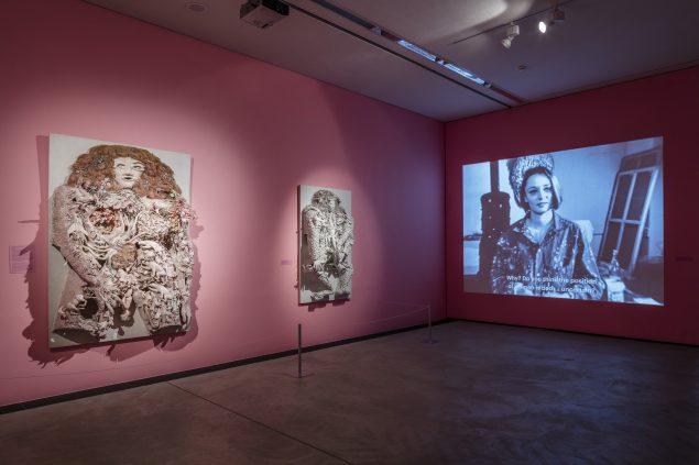 Installationsfoto med L' Accouchement rose (Pink fødsel), 1964. Niki de Saint Phalle, Arken. Foto: Anders Sune Berg