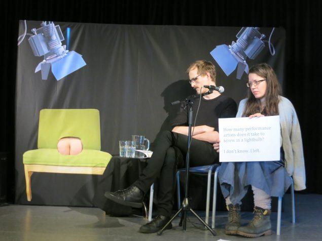 LMAO - laughing my ass off. Seminar, hvor røven forklarer vittigheder om performancekunstnere. Deltagere: Røven, Anna Kinbom og John Huntington. 13festivalen, Konstepidimin, Göteborg, 2016. Foto: Mary Coble