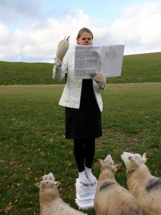Isbjørnen holder tale for en lille gruppe får. Foto: Pernille With Madsen
