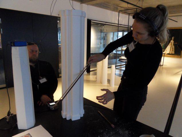 Musikerne Tobias Kirstein og Cæcilie Trier undersøger vasernes lydelige kvaliteter. Foto: Ursula Nistrup