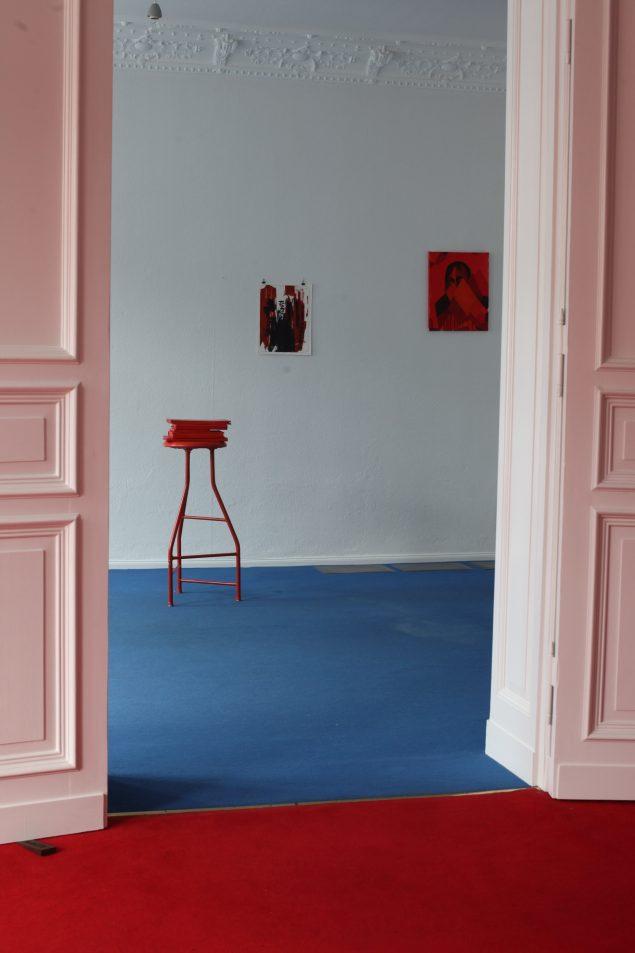 Installationsview med blandt andet Henrik Capetillos Keep Open (Wedge), 2010. Foto: Joe Dilworth