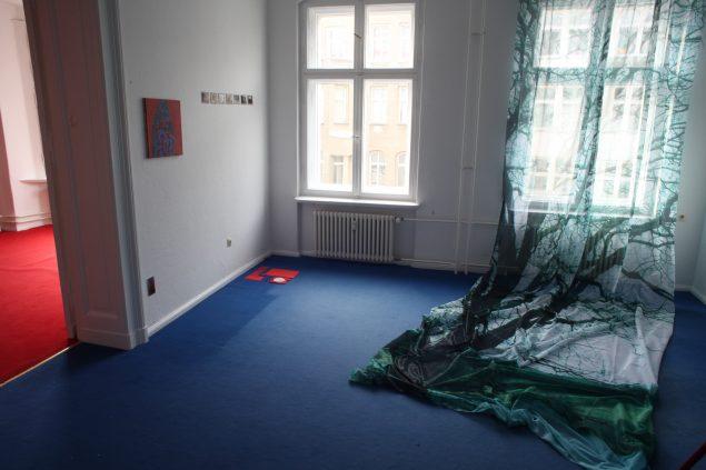 Installationsview med Carina Zuninos View of trees, 2016 og Åse Eg Jørgensens Røde ting på et blåt gulv, 2016. Foto: Joe Dilworth