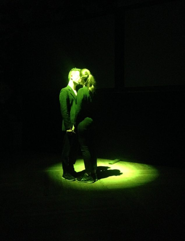 Lydkunstner Jacob Kirkegaard i en intim uropførsel af performancen Eustachia. Foto: Martin Hjerl