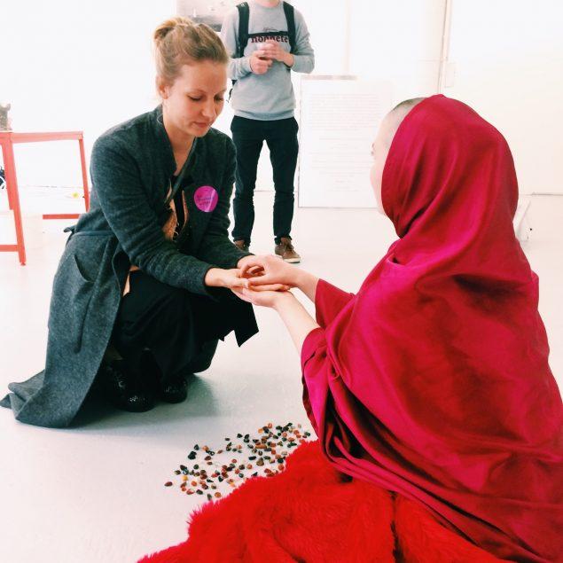 Art Weekend Aarhus ´16 bød på mange performances, og flere af dem blev til i samspil med publikum. Her performance af Clara Denmark som led i udstillingen Klumpglomerate på Det Jyske Kunstakademi. Foto: Nina Buhl Crone