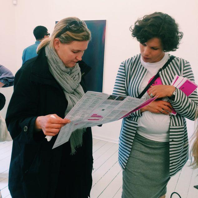 Hvad skal vi vælge? Det omfattende program for Art Weekend Aarhus studeres. Foto: Nina Buhl Crone
