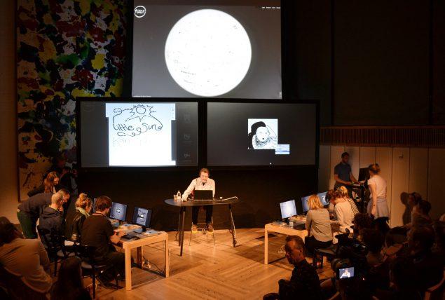 Eliasson i færd med at fortælle om sit værk Moon, som han skabte i samarbejde med Ai Weiwei i 2013. Foto: Martin Hjerl