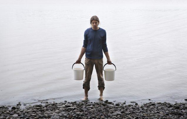 Antti Laitinen: I want to move a lake, performance i Gribskov, juni 2016. Courtesy: Nordkystens Kunst Triennale og kunstneren