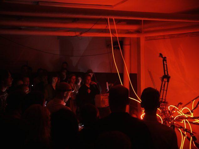 Udstillingsstedet Piscine lukkede og slukkede med en tre-dages ceremoni, hvor forskellige billedkunstnere bidrog med performances. Her ses Alex Mørchs lydperformance Apparatus in Tenebris: Tribus. Foto: Rasmus Reimer Larsen.