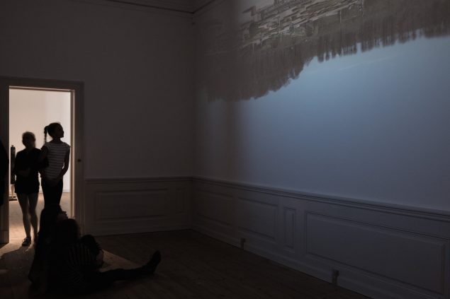 Installationsfoto, ULRIK HELTOFT: 7 FILM, ET FOTO OG EN NÆSE AF SØLV, Gl. Holtegaard, 2016. Pressefoto