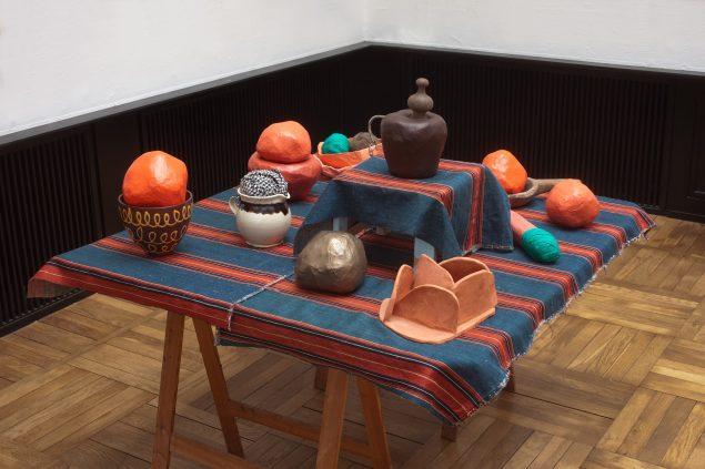 Installationsview fra Fatto a Mano, 2016, Museumsbygningen (bord med olmerdug og objekter i bla. keramik, rødler, papiermache, bronze mm.). Foto: Erling Lykke Jeppesen
