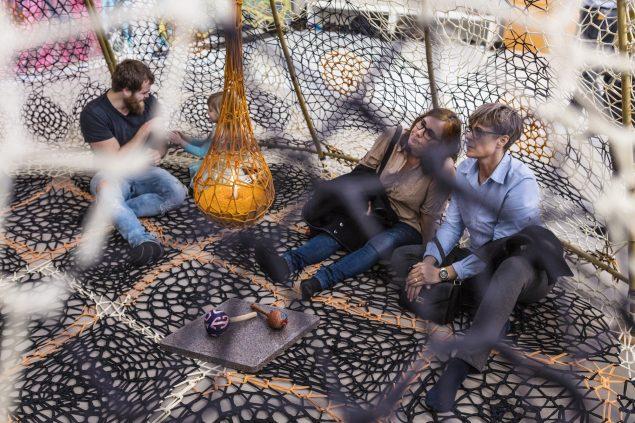 Interaktion med Ernesto Netos hæklede installationer. Foto: Anders Sune Berg