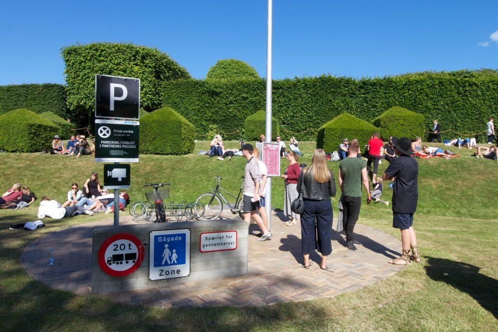 A Kassen: Swap. Cirkelareal af urbant landskab fra Odense, placeret i slotsparken på Egeskov. Foto: Jacob Stage