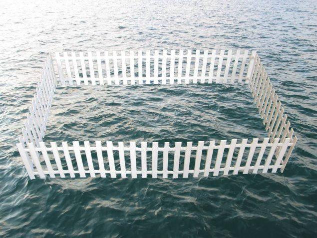 Flydeskulpturen Floating Fence af Lene Desmentik