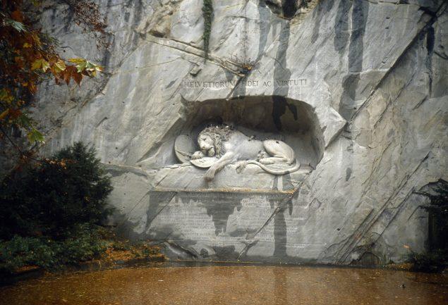 Thorvaldsens monument Døende Løve, der er udhugget i en klippevæg i Luzern. Pressefoto.