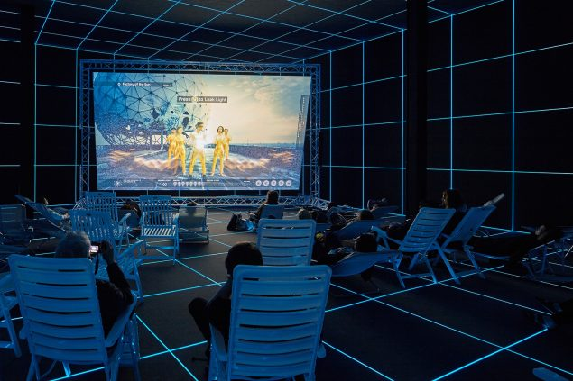 Hito Steyerl: Factory of the Sun, 2015. Installationsview fra Venedig Biennalen. © Hito Steyerl & Andrew Kreps Gallery, New York. Foto: Manuel Reinartz