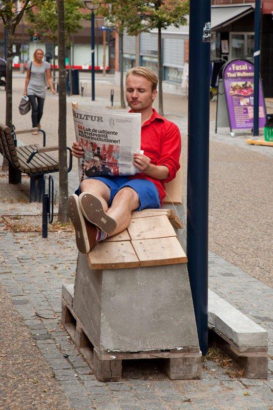 Jesper Aabille Betonstolen (el Læsehjørnet), 2013. Fra byrumsprojektet Gaden, som fandt sted på Ballerup Gågade i 2013 og blev til i samarbejde med Gitte Juul. Foto: Erling Lykke Jeppesen